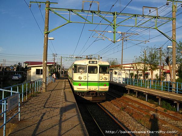 土底浜駅を出発する115系電車