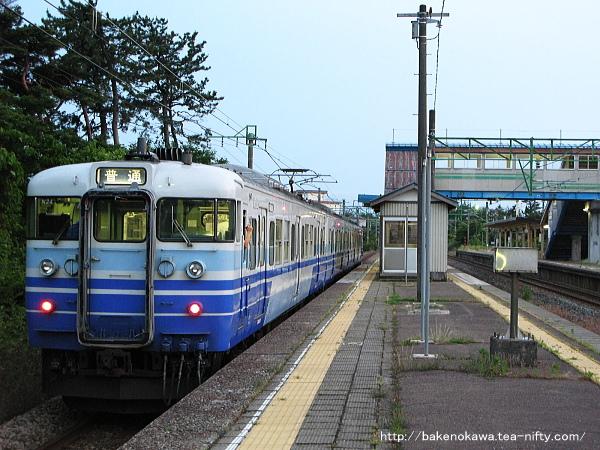 潟町駅を出発する115系電車