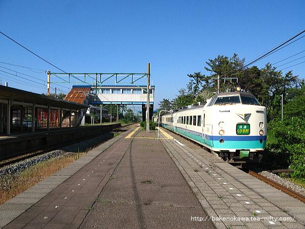 潟町駅を通過する485系電車快速「くびき野」