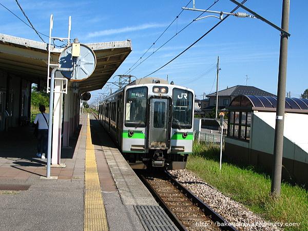 岩室駅に到着したE127系電車