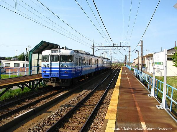 前川駅を出発する115系電車
