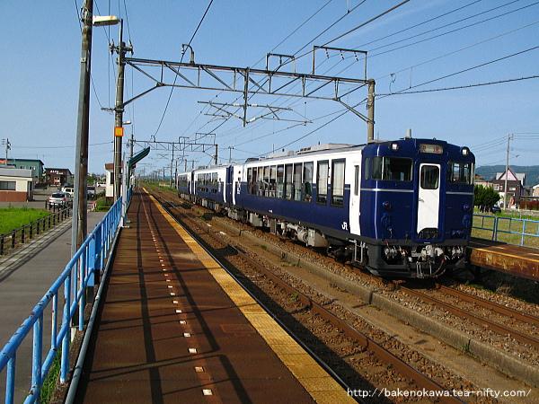 前川駅を通過する快速「越乃Shu*Kura」