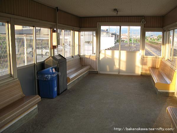 旧島式ホームの待合室内部