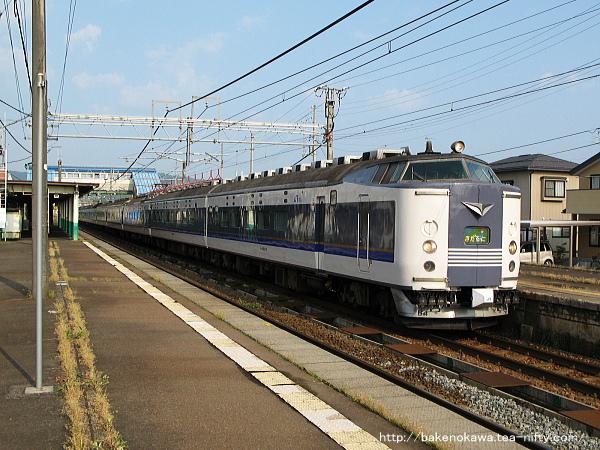 来迎寺駅に停車中の583系電車急行「きたぐに」