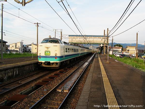 来迎寺駅を通過する485系電車快速「くびき野」