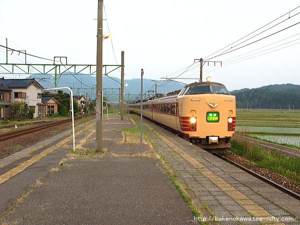 安田駅を通過する485系電車快速「くびき野」その2