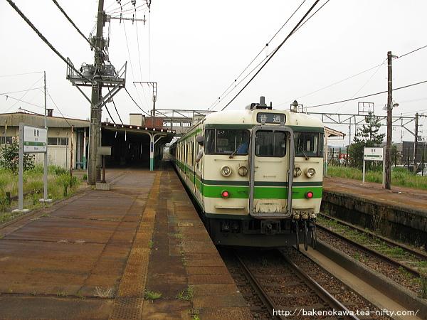 見附駅を出発する115系電車その1