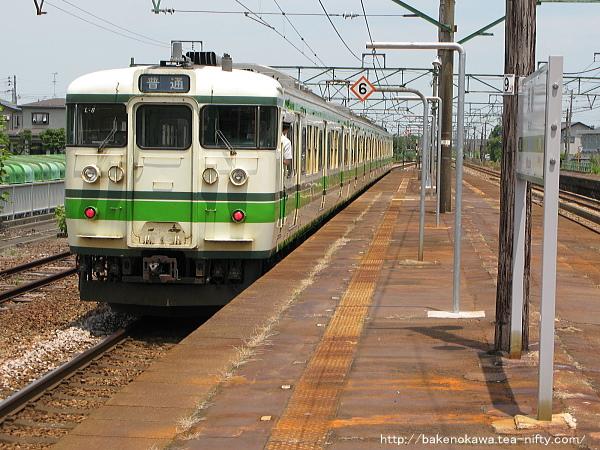 見附駅を出発する115系電車その2