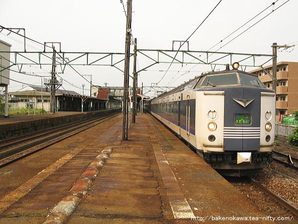 見附駅に到着した583系電車急行「きたぐに」