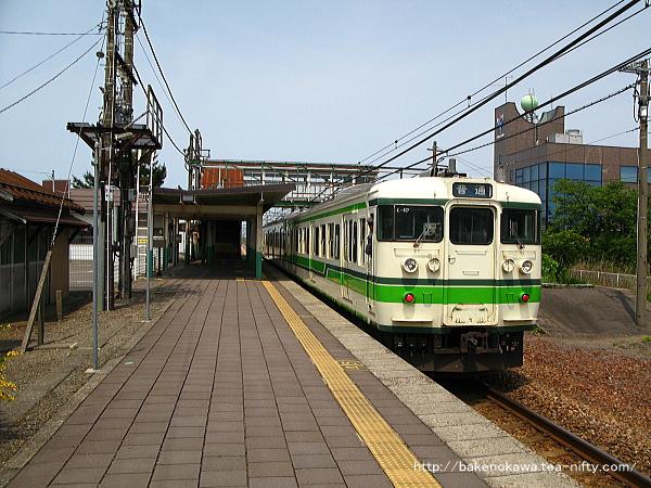 帯織駅を出発する115系電車その1
