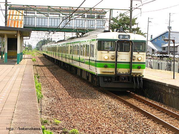帯織駅を出発する115系電車その2