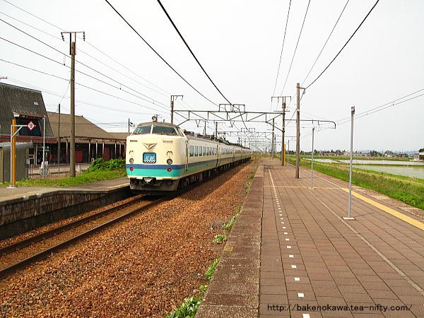 帯織駅を通過する485系電車特急「北越」