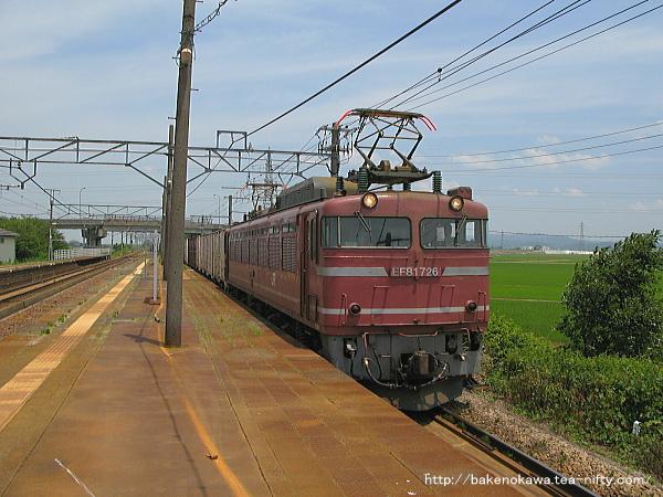 押切駅を通過するEF81形電気機関車牽引の貨物列車その2