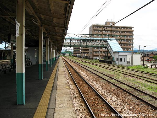 旧弥彦線ホーム跡の東口