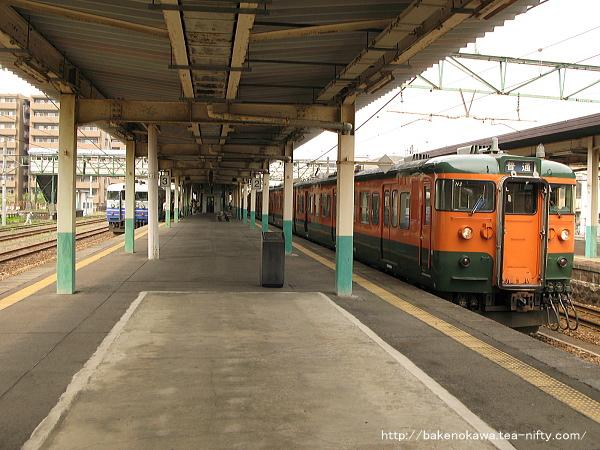 東三条駅に停車中の115系電車その1