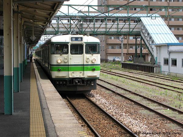 東三条駅を出発する115系電車