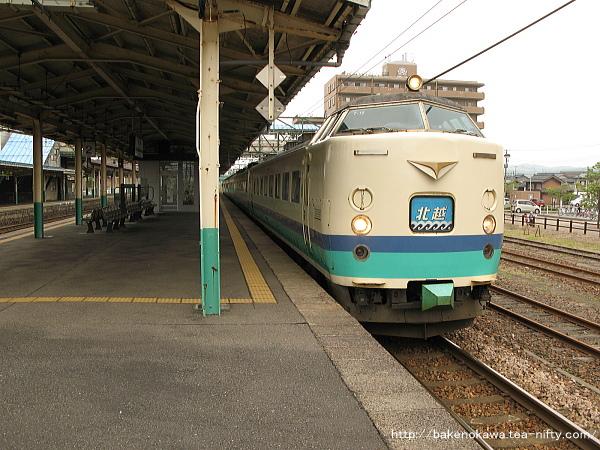 東三条駅を出発する485系電車特急「北越」その2