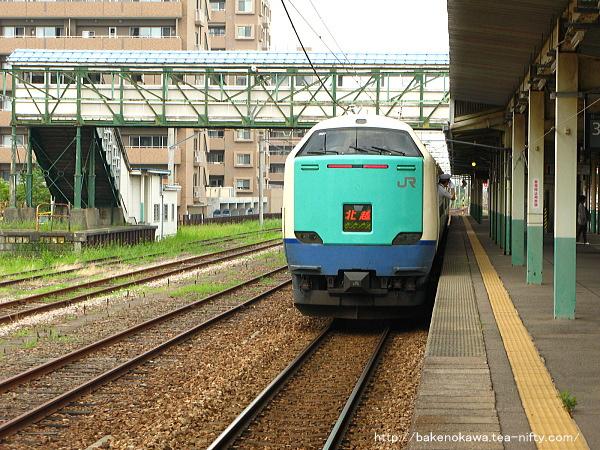 東三条駅に停車中の485系電車特急「北越」