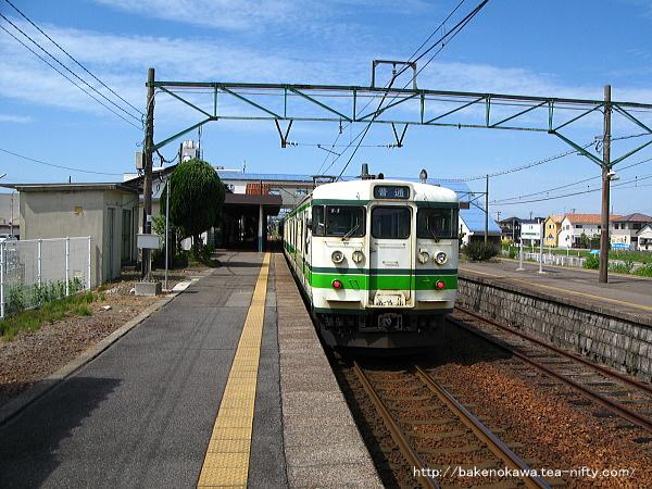 三条駅に到着した115系電車