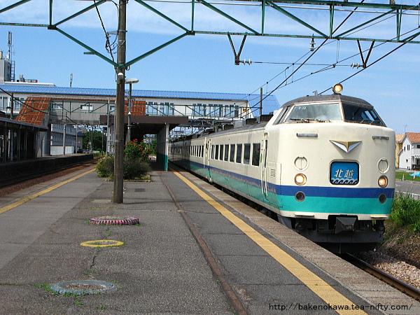 三条駅を通過する485系電車特急「北越」その2
