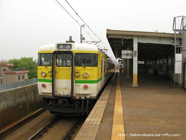 北三条駅を出発する115系電車Y編成