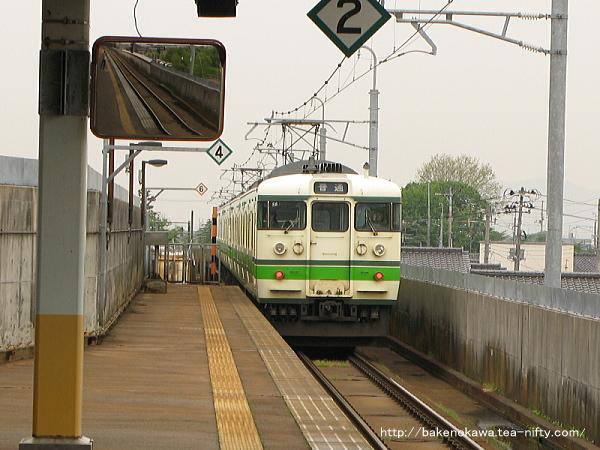 北三条駅を出発した115系電車のL編成+S編成