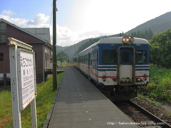 越後片貝駅に到着したキハ52とキハ47気動車