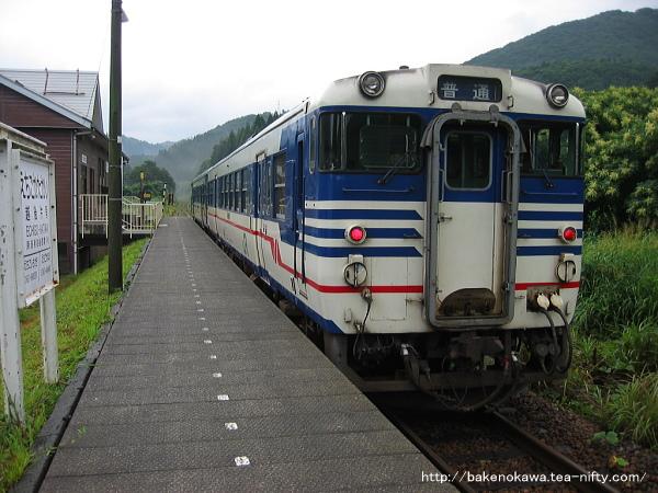 越後片貝駅に到着したキハ47形とキハ52形気動車