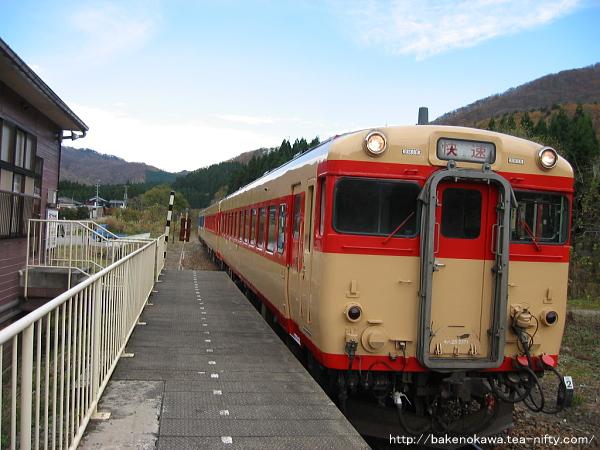 越後片貝駅に進入するキハ58系とキハ52形の快速「べにばな」