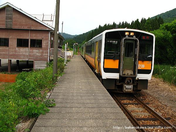 越後片貝駅に到着するキハE120形気動車とキハ110形気動車