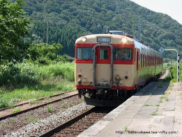 越後大島駅を通過するキハ58系気動車の「なつかしの急行あさひ」その一