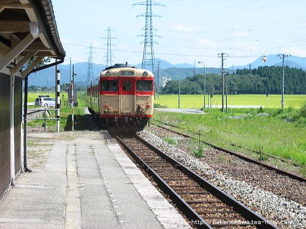 越後大島駅を通過するキハ58系気動車の「なつかしの急行あさひ」その二