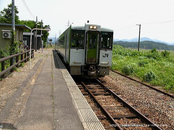 越後大島駅を出発するキハ110系気動車