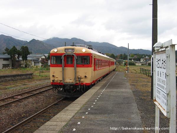 越後下関駅に進入するキハ58系気動車