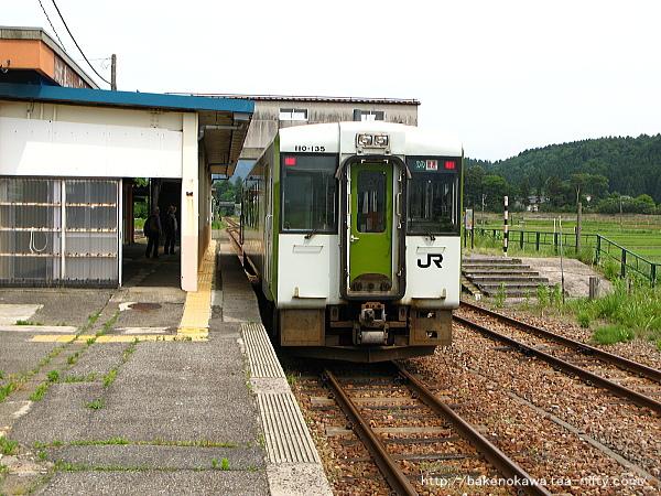 越後下関駅に到着したキハ110形気動車