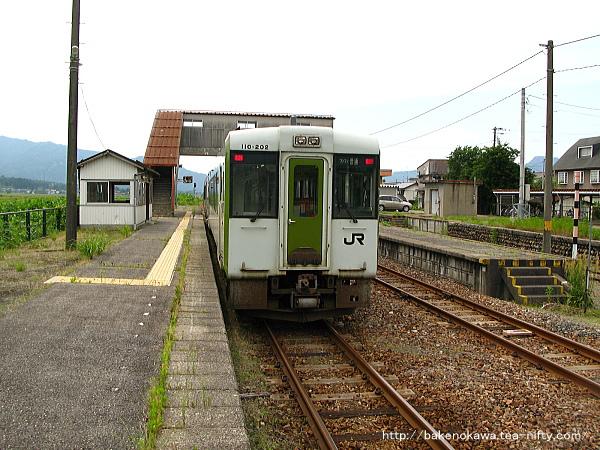 越後下関駅から出発するキハ110+キハE120