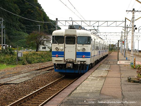 市振駅を出発した413系電車