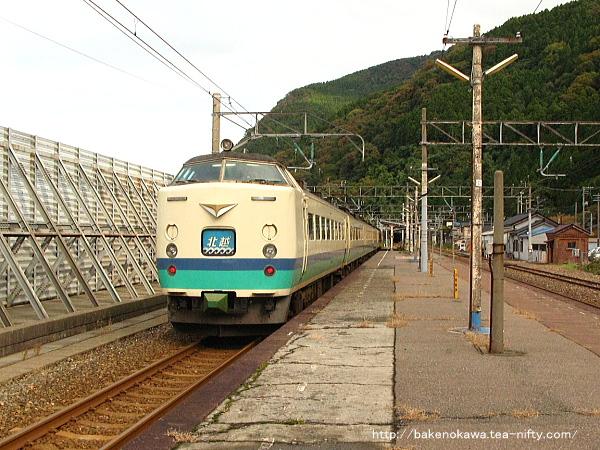 市振駅を通過する485系電車特急「北越」その1