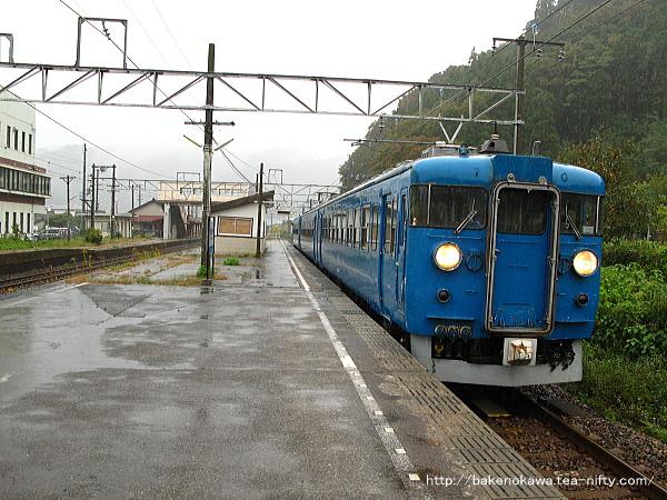 梶屋敷駅に停車中の475系電車その3