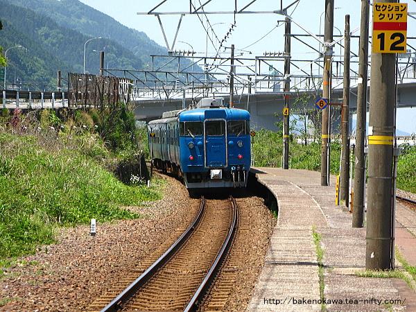 親不知駅を出発した413系電車