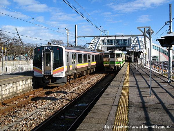 内野駅で交換する115系電車とE129系電車