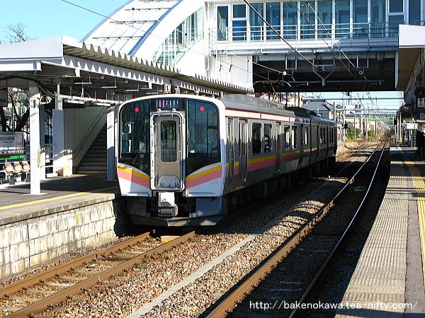 内野駅で折り返し待機中のE129系電車その2