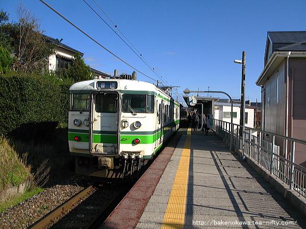 新潟大学前駅に停車中の115系電車