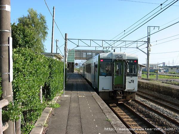 平林駅を出発するキハ110系気動車