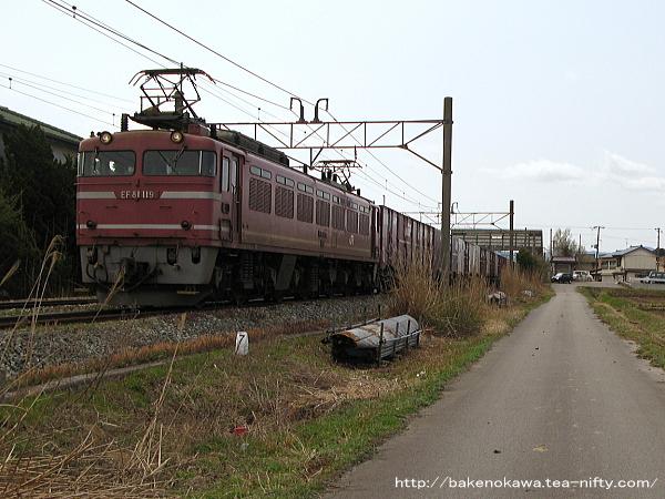 平林駅を通過するEF81形電気機関車牽引の貨物列車