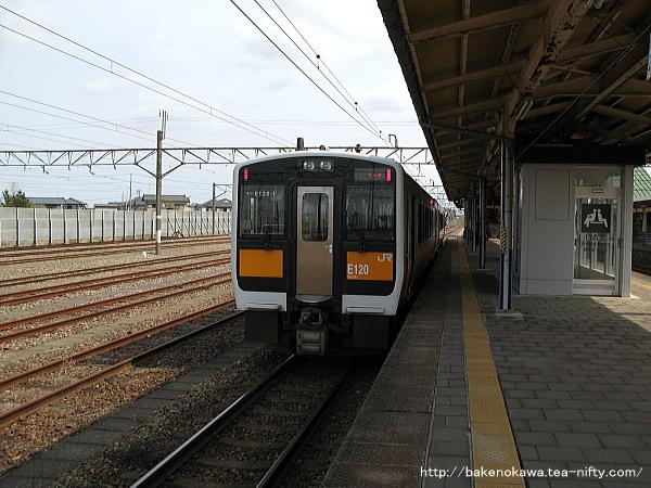 中条駅から出発するキハE120+110気動車の快速「べにばな」米沢行