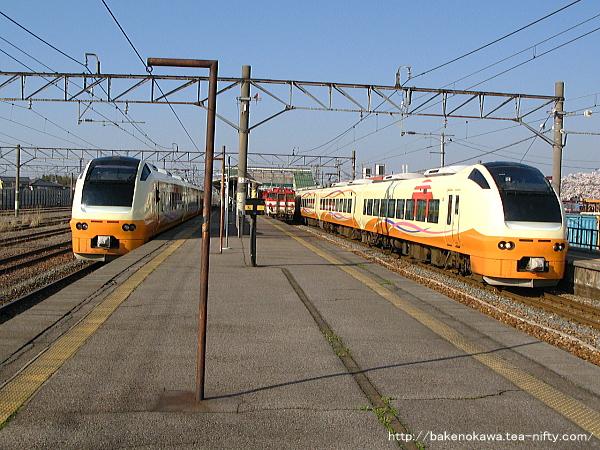 中条駅を出発するE653系電車特急「いなほ」その一