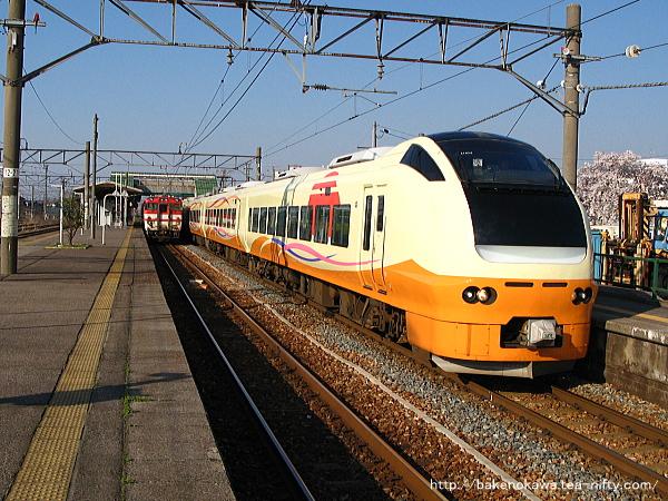 中条駅を出発するE653系電車特急「いなほ」その二