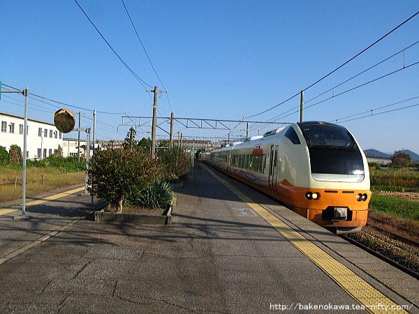 岩船町駅を通過するE653系電車の特急「いなほ」