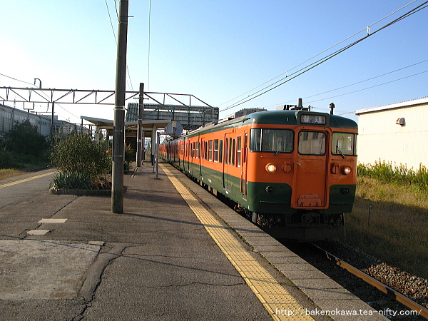 岩船町駅を出発する115系電車